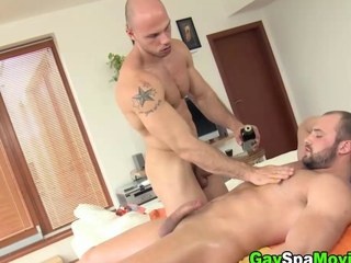 Turned bear non-professional sucks off his masseur